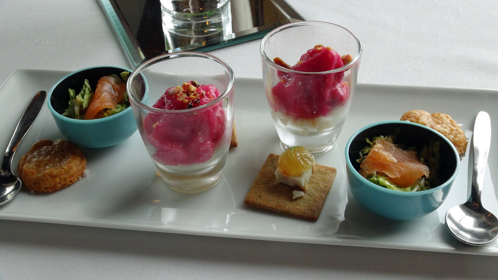 Amuse-bouche : Sablé au Parmesan - Chou chinois et saumon fumé - Tartare de Saint-Pierre et mousse aux cranberries - Gelée d'amandes et compotée de yuzu