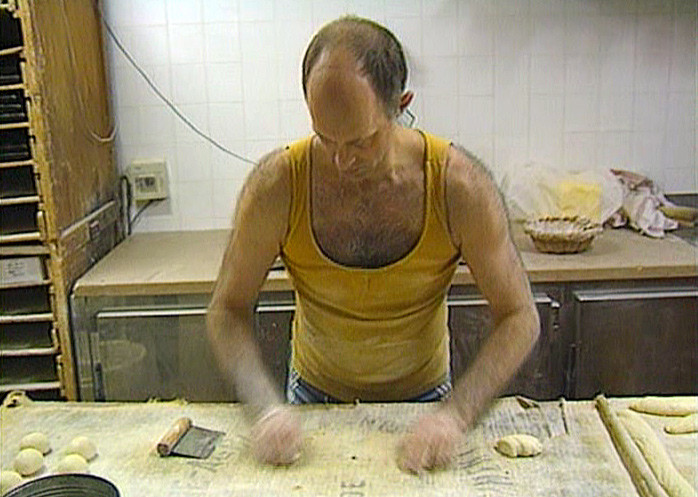 """Luc Mano façonne (Photo tirée du DVD """"Les secrets de cuisine de Bernard Pacaud"""" de Frédéric Laffont)"""