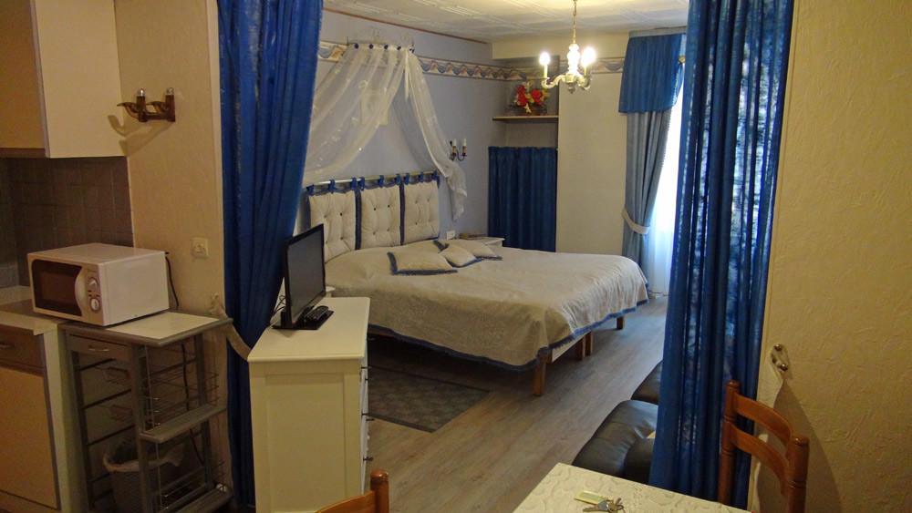 La chambre et son grand lit de 180 X 190