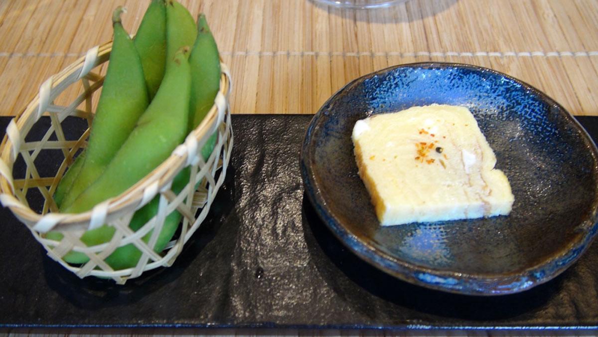 Amuse-bouche : omelette et edamame (gousses de soja)
