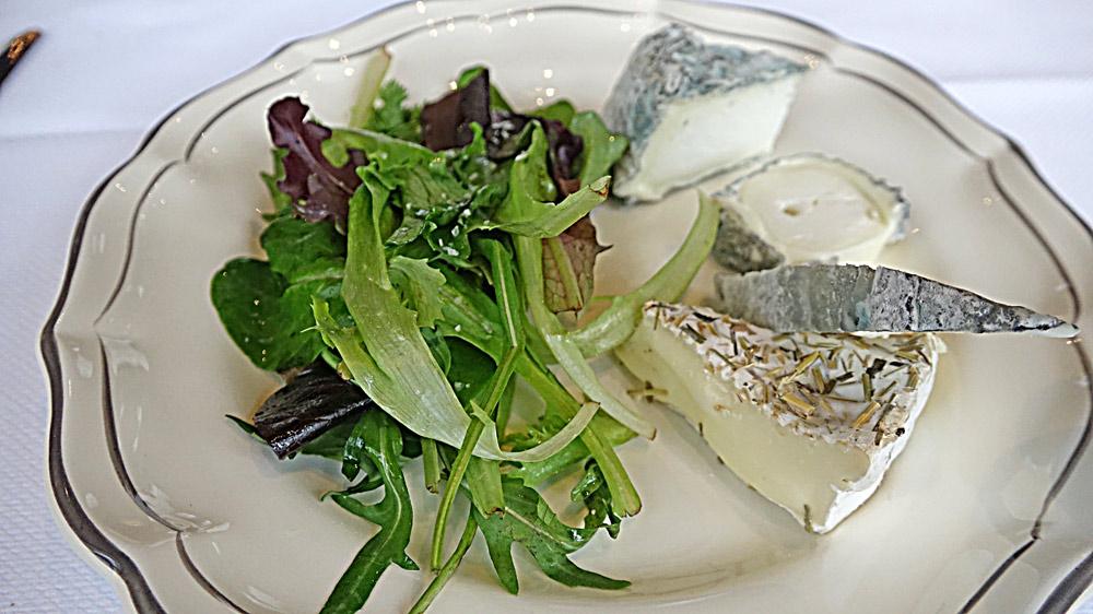 Assortiments de fromages affinés et mesclun à l'huile de truffe