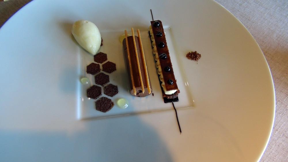 """Ganache chocolat """"bassam"""" aux myrtilles sauvages, barre croustillante à la badiane, sorbet citron confit et touche de miel"""
