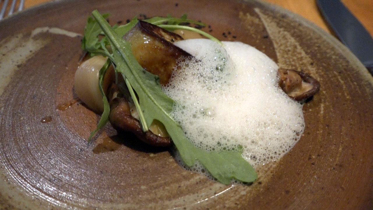 Foie gras poêlé, ail nouveau mariné au nuoc-mâm, feuilles de roquette, émulsion café et graines de sésame noir