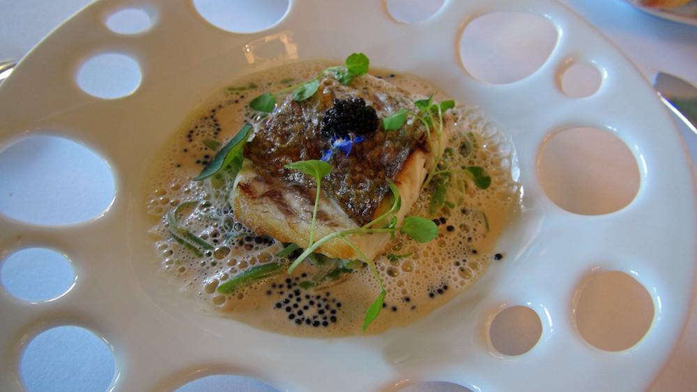 Maigre de Saint-Jean de Luz légèrement fumé, salsifis et pois gourmands, sauce velouté au caviar d'Aquitaine