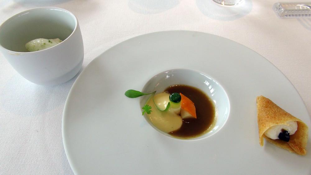 La deuxième salve d'amuse-bouche : Oeuf en or, un oeuf cuit parfait au ponzu, hollandaise de miso blanc, graines de sésame noires et blanches torréfiées, mouillette à la compotée d'aubergine