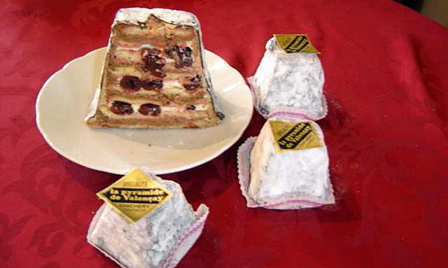 La pyramide de Valençay (génoise nature mousse chocolat noir et griottes au grand marnier) - Crédit photo site web Chichery