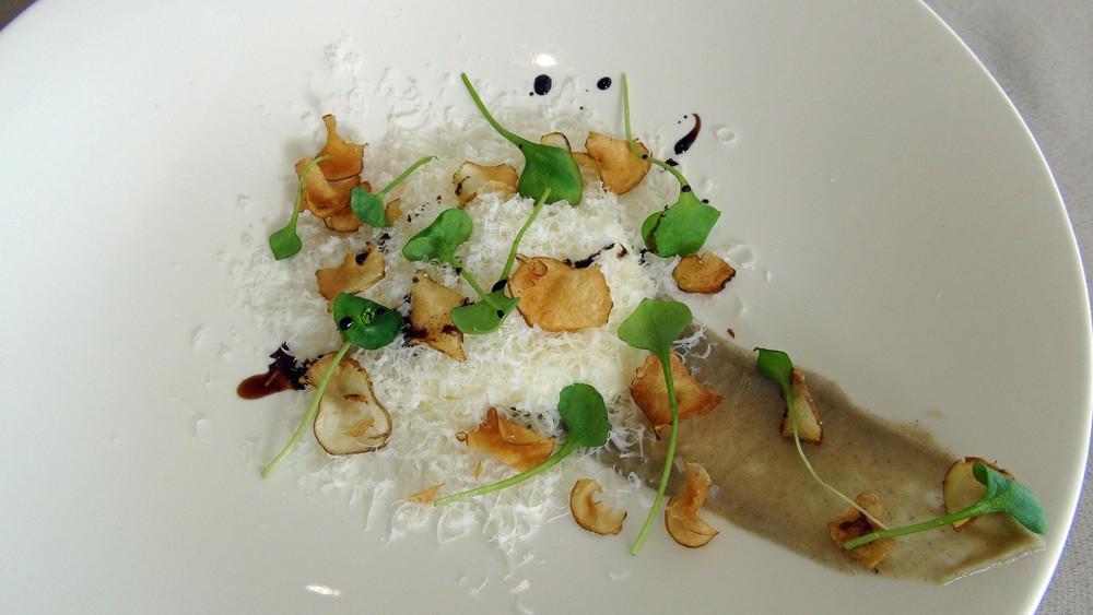 Mousse de Parmesan, Parmesan râpé, chips de topinambour et traits de balsamique 12 ans d'âge de Fernando Pensato