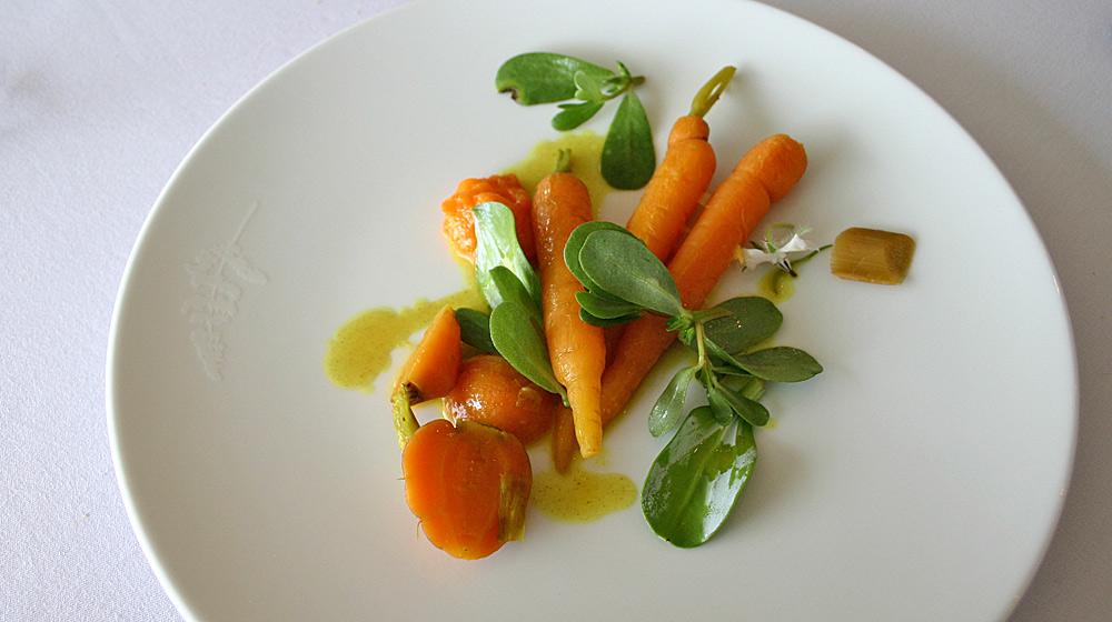 Fruits & légumes se conjuguent : les jeunes carottes confites à la badiane, rhubarbe & abricot ; pourpiers verts, mertensia & des fleurs
