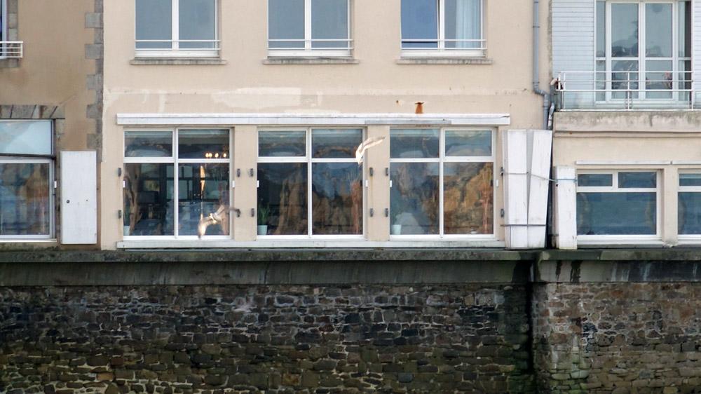 Le restaurant vu du pont menant à l'embarcadère pour Batz
