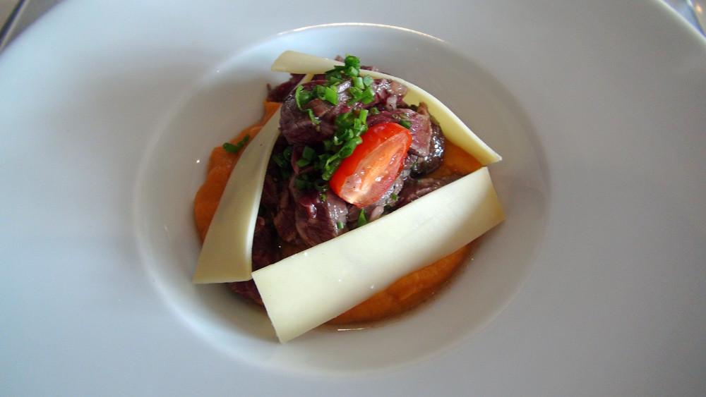 Purée de patates douces servie froide, tende de tranche juste saisi, lamelles de Comté