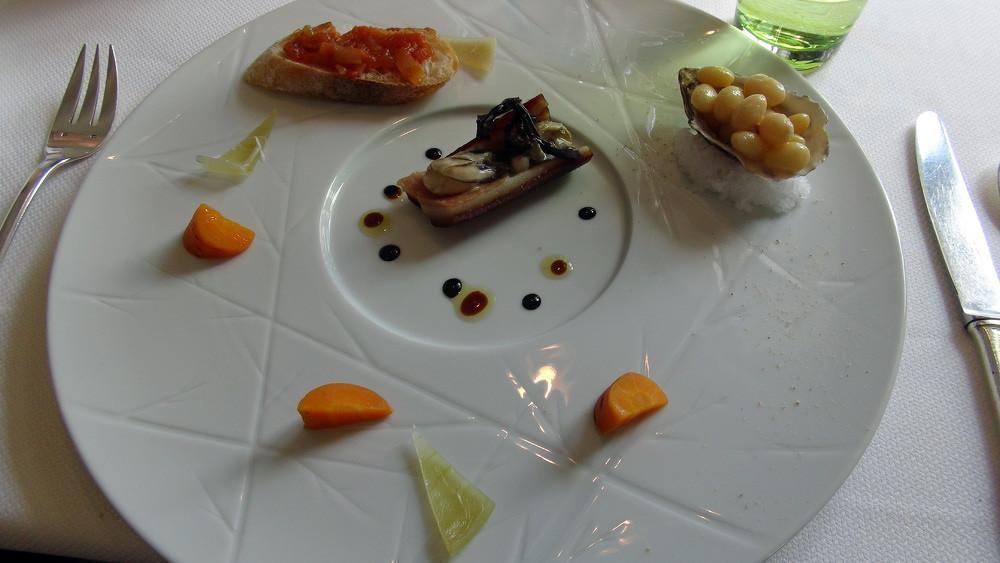 Cocos de Paimpol, Huitre (posée sur couenne) et Toast à la tomate