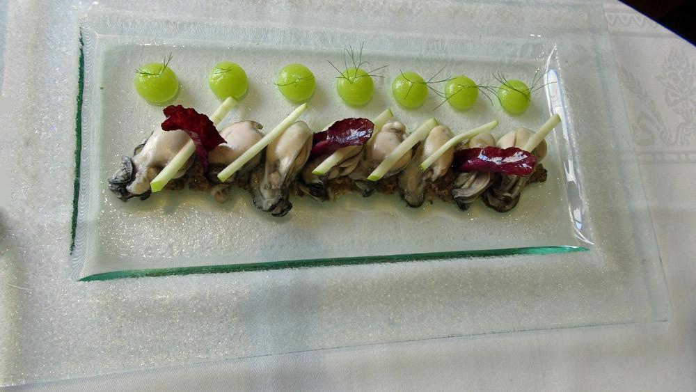 Huîtres de Lanmodez tièdes, duxelles de champignons de Paris au bouillon de poule, pomme verte