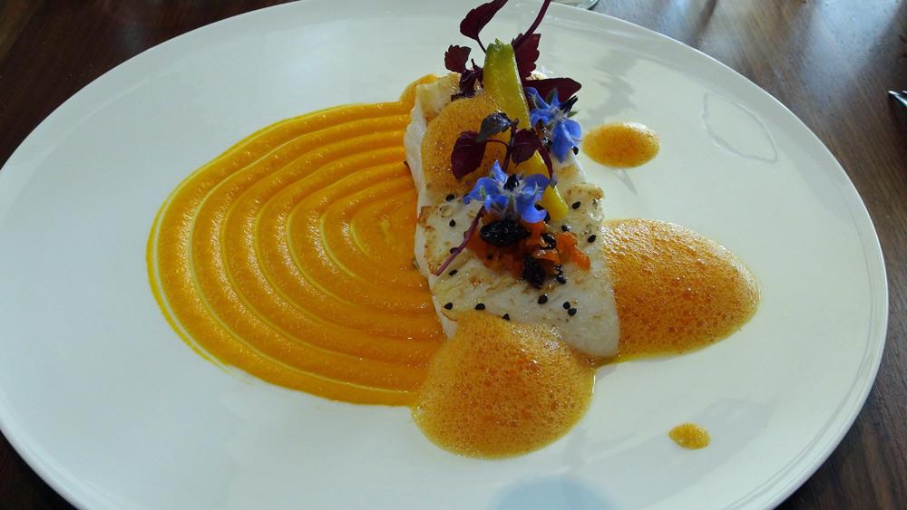 Saint-Pierre de petits bateaux, carottes jaunes confites, crémeux de carottes, condiments de carottes et gingembre, rougail légèrement épicée et bourrache