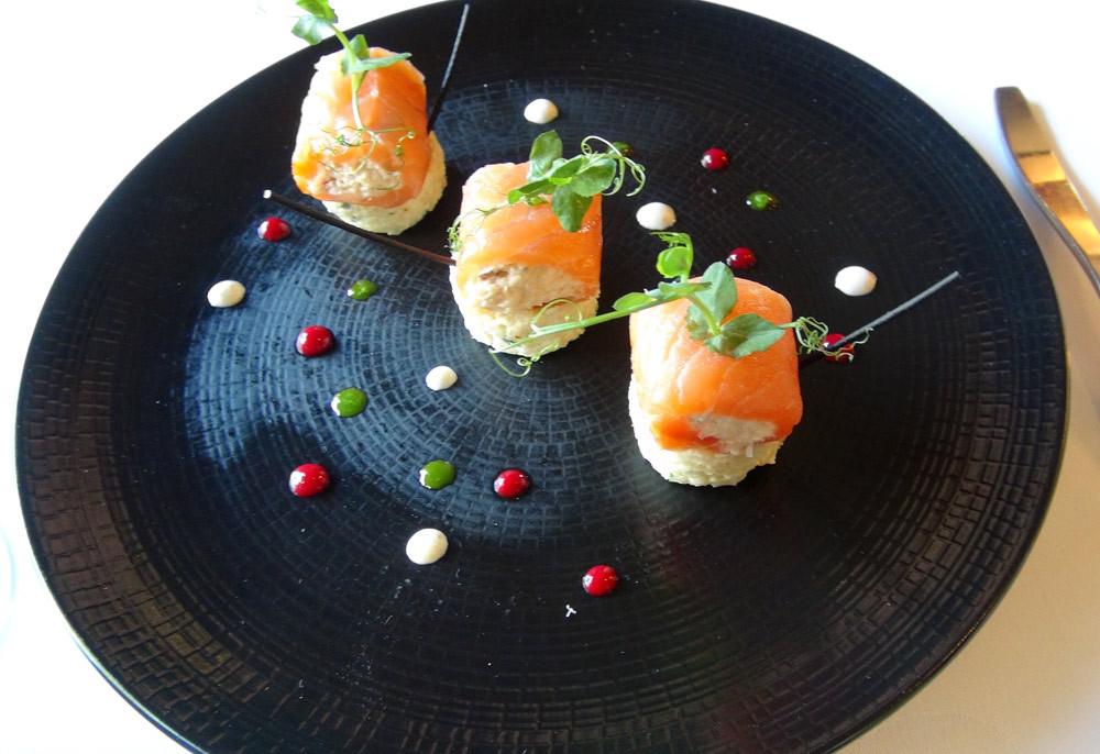 Canneloni de saumon fumé et tourteaux, risotto crémeux servi glacé, spaghettis à l'encre de seiche