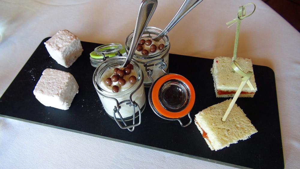 Mignardises : Guimauve fraise/cardamome, Émulsion banane/cannelle en verrine et Biscuit à la confiture de tomates
