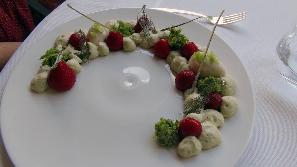 Version 10 du crumble de fraise, mousse de fenouil et sorbet rhubarbe