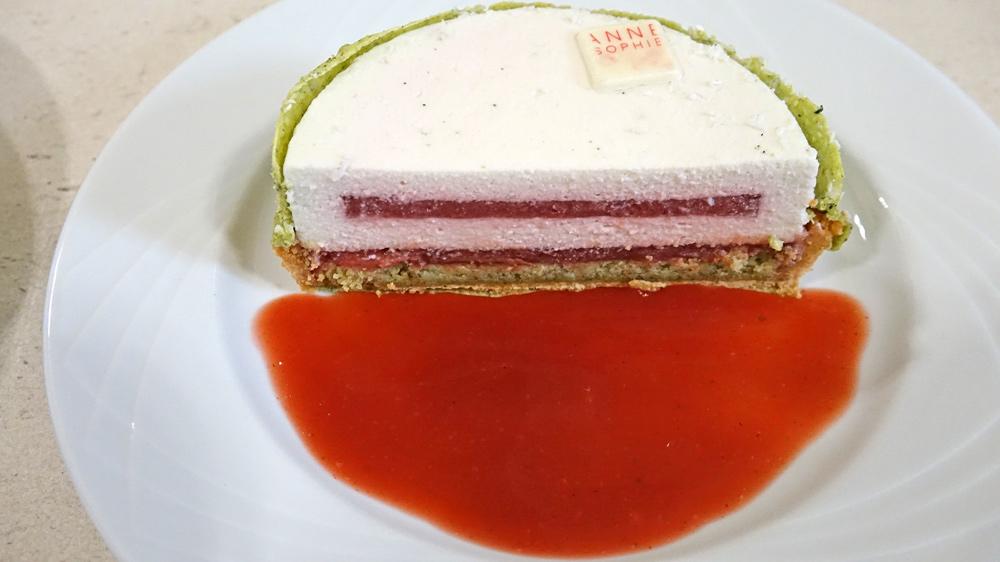 Part de la Tarte à la fraise gariguette, géranium rosat, crème légère à la noix de coco infusée au thé genmaïcha