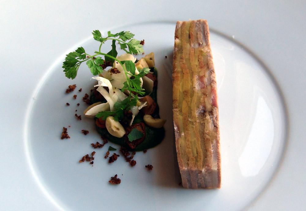 Feuille à feuille de langue de veau et panais, persil, oignons doux des Cévennes et noisettes