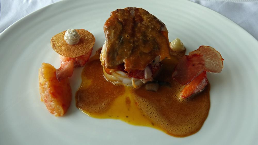 """Homard cuisiné, brioche, condiment """"pomme-pamplemousse"""""""