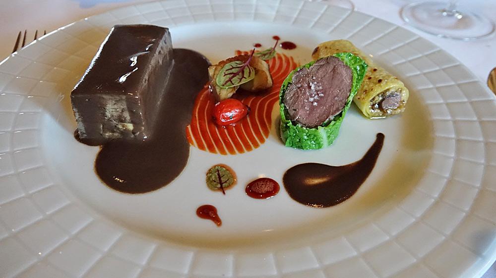 Le lièvre, pressé à la royale, compotée d'églantines, cannelloni de cèpes caramélisés et céleri au foie gras