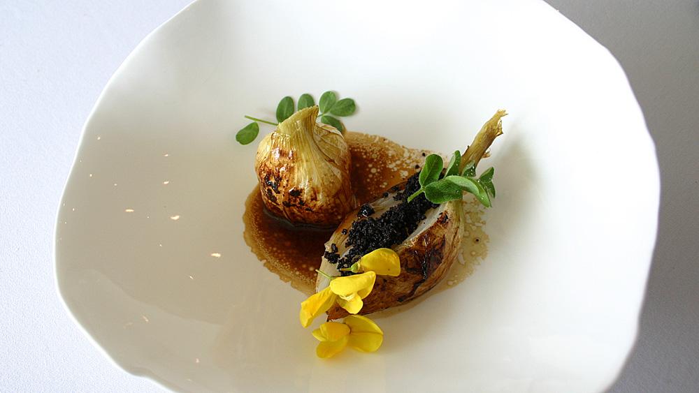 Une saveur douce & du parfum : l'oignon doux des Cévennes cuit longuement au four ; un assaisonnement réglissé, une vinaigrette au jus de viande
