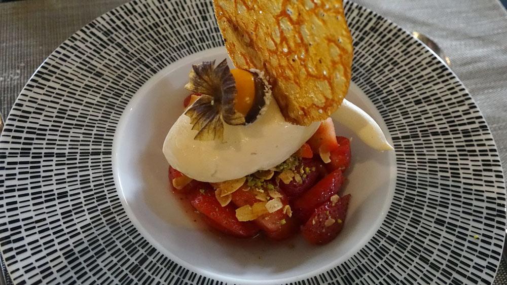 Fraises marinées aux baies de Sancho, crème glacée au Jasmin et sa tuile au citron