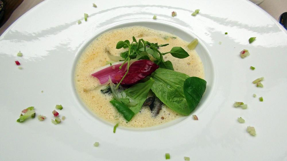 Emulsion comme une soupe à l'oignon, tagliatelles de daïkon, petits gris de Vendée, mache nantaise et pourpier