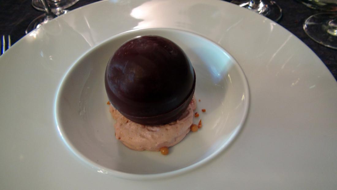 Sphère chocolat, glace fenouil confit, fraises et fruits de la passion (avant le coulis passion)