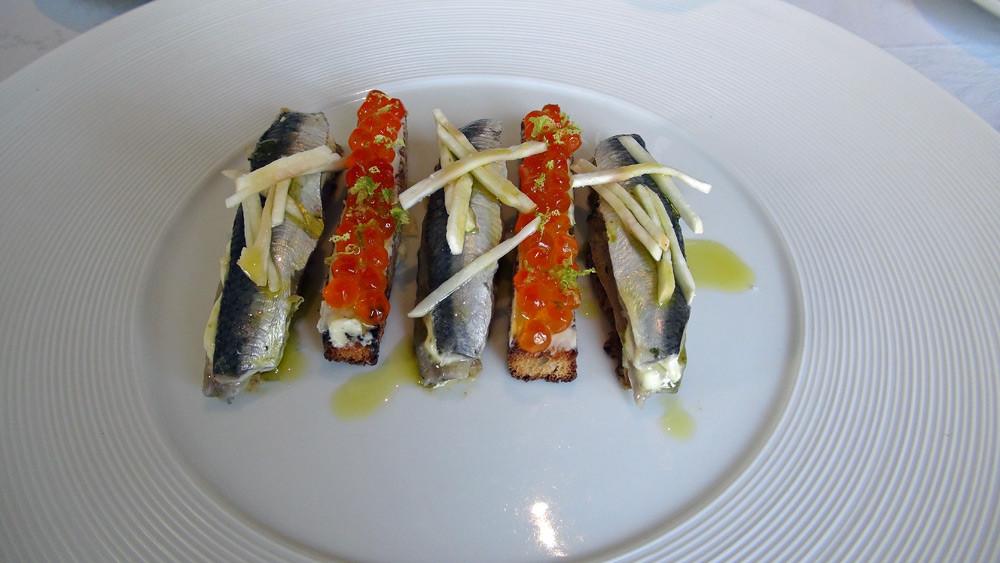 Sardines marinées, crème de citron, sel de champignons et tartines d'œufs de saumon