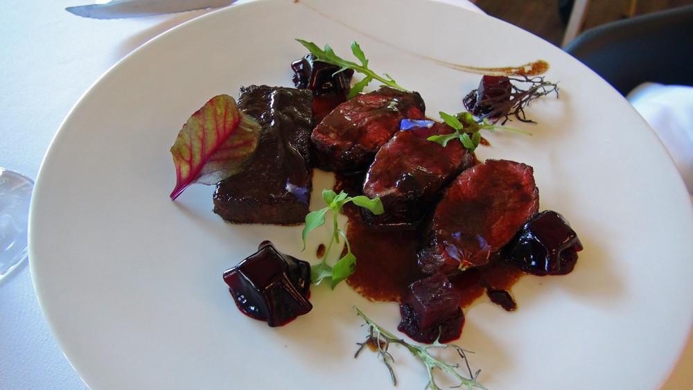 Déclinaison de bœuf : onglet wagyu de Burgos, joue confite, sauce au vin rouge et betterave relevée à l'anchois