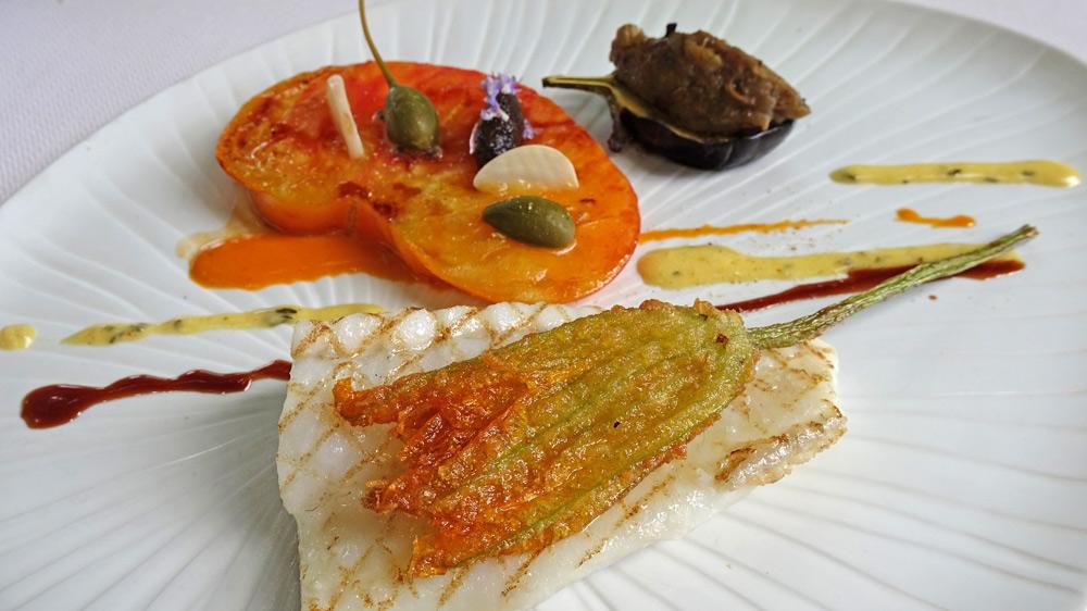 Turbot grillé, fleur de courgette en tempura, tomate rôtie, aubergine et caviar d'aubergine, sauce béarnaise aux épices douces