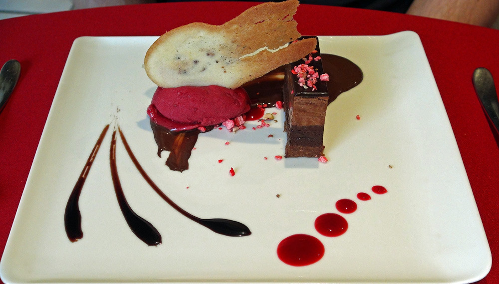 Duo de chocolat (sic), croquant de pralin, crème glacée fruits rouges