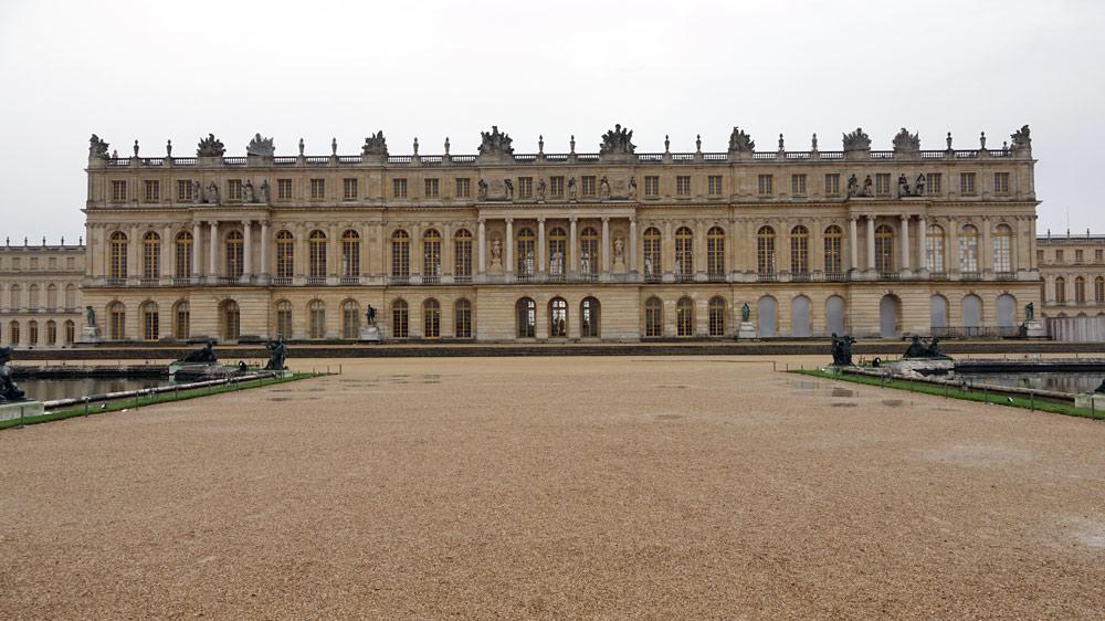 Le Château de Versailles vu d'entre les Parterres Nord et Sud