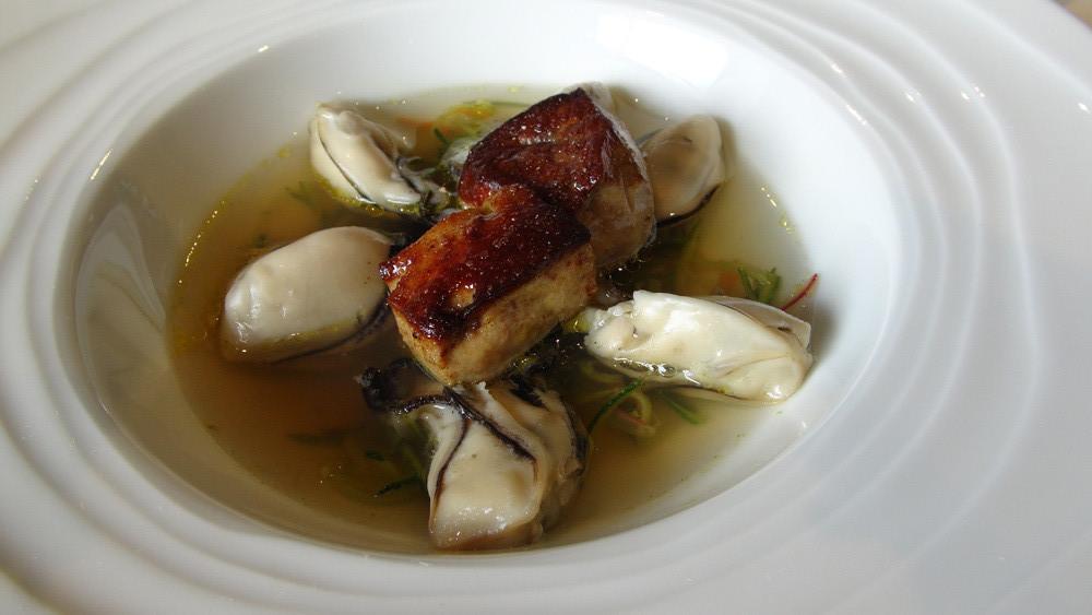 Huîtres tièdes, foie gras de canard, légumes croquants, bouillon de bœuf