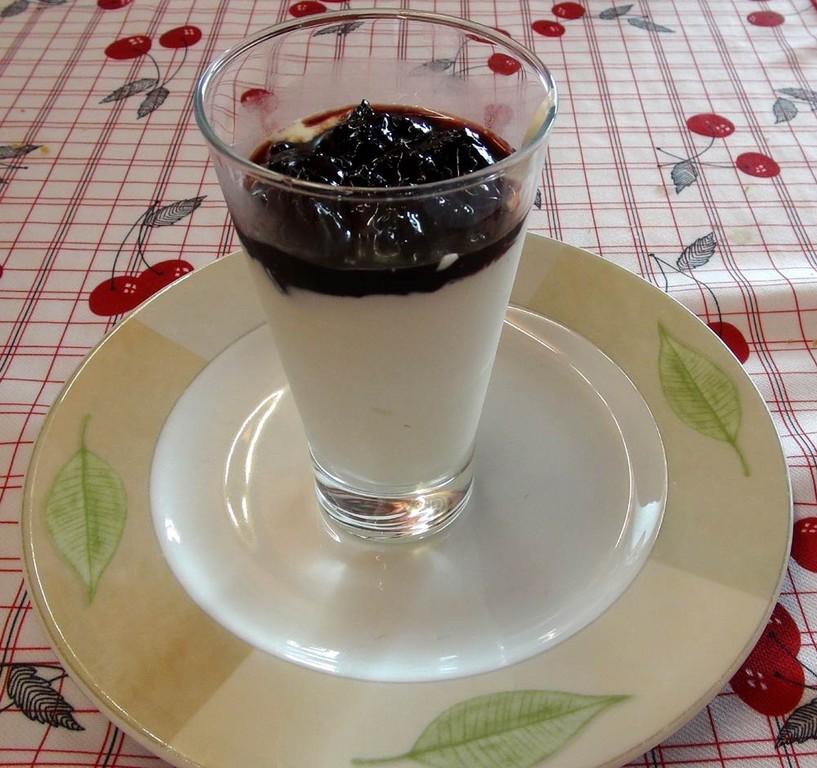 Verrine de fromage blanc à la confiture de cerises d'Itxassou