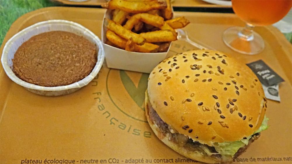 Le Burger Maxi Origin' (Émincé de bœuf, comté, tomates séchées, salade, sauce béarnaise) et le Fondant au chocolat