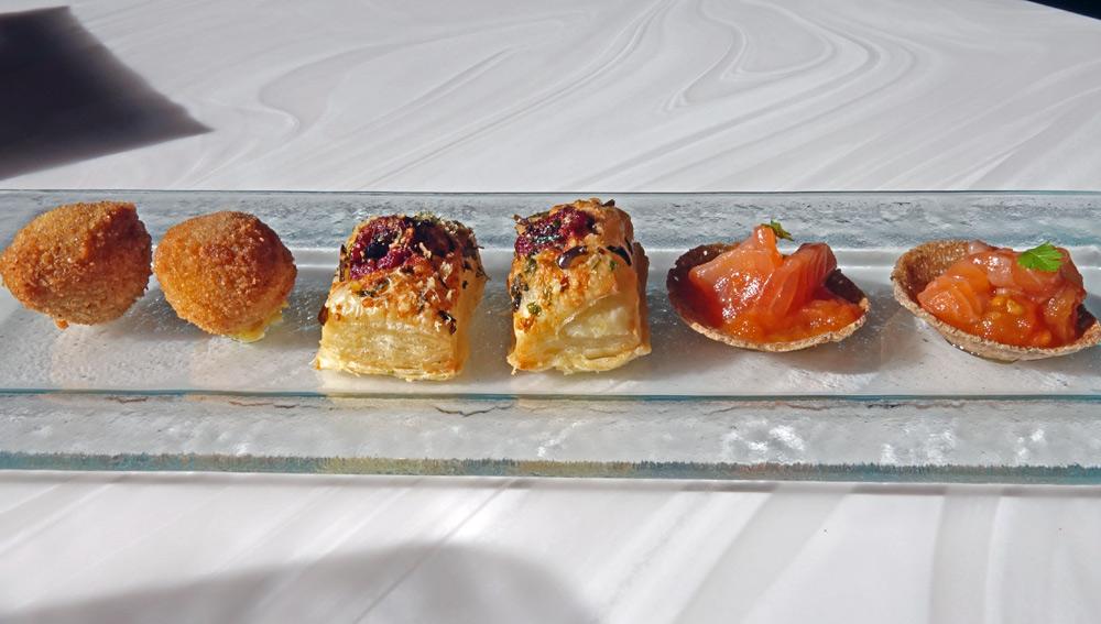 Amuse-bouche : Cromesquis au chorizo - Feuilleté algues/tomate - Galette de sarrasin, confiture de tomates et saumon fumé