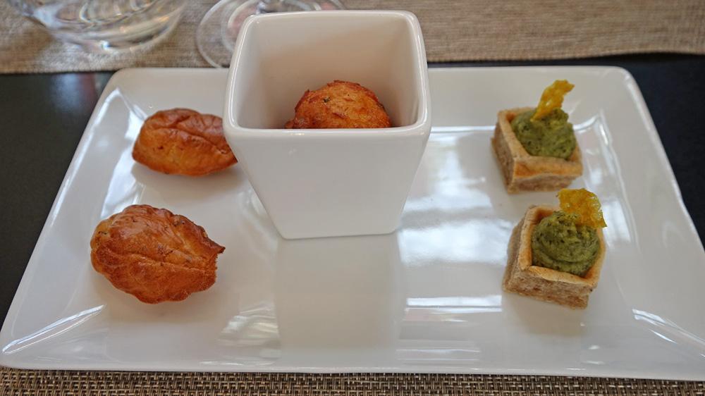 Amuse-bouche : Gaufre, haricot vert et curry – Acra de poisson – Madeleine au magret fumé