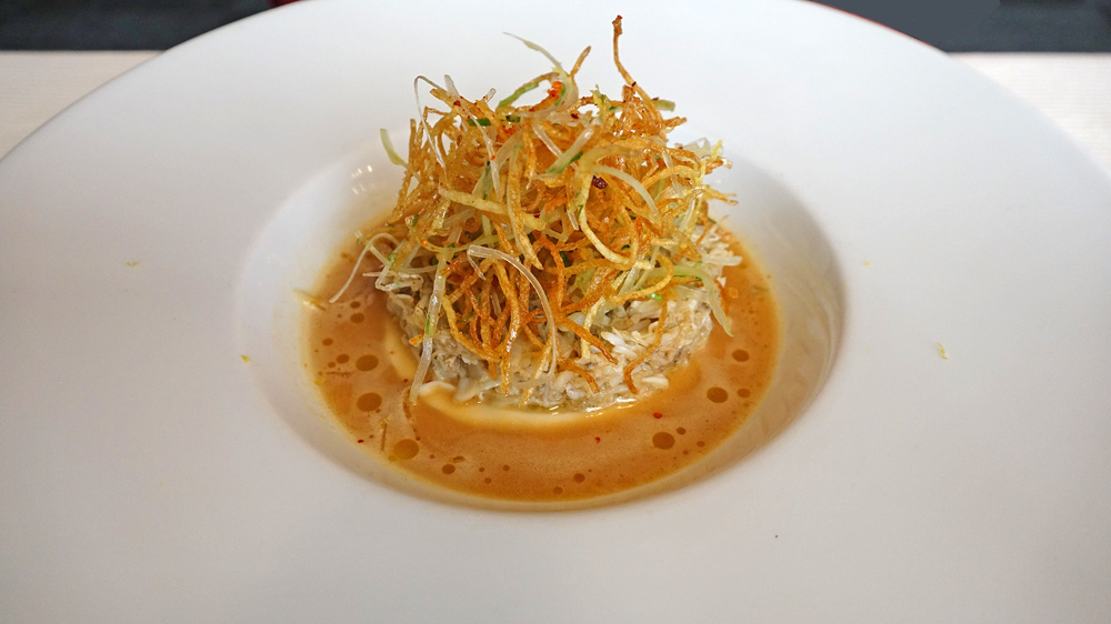 Araignée de mer, julienne de céleri doré parfumée au yuzu, mousseline de rave, gelée de crustacés