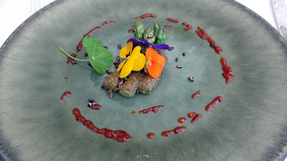 Asperges vertes, croûte de Parmesan, légumes frits, fleur de Pensée, vinaigrette pimentée
