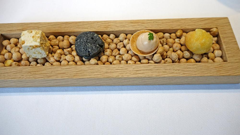 """Amuse-bouche : Guimauve cacahuètes - """"Oréo"""" charbon végétal & chèvre frais - Crackers"""" saumon fumé - Gougère comté"""
