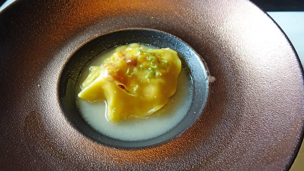 Raviole de homard breton, bouillon citronnelle, main de Boudha