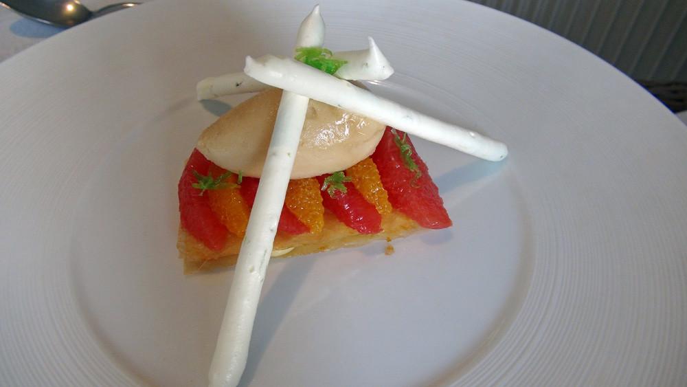 Tarte croustillante aux agrumes, meringue citron vert, sorbet thé