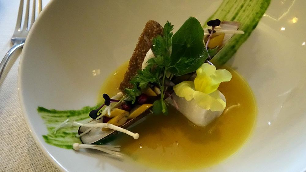 Saint-Pierre cuit à 45°C, écorce de Yuzu, couteaux à la grenade, quinoa au citron noir, des énokis