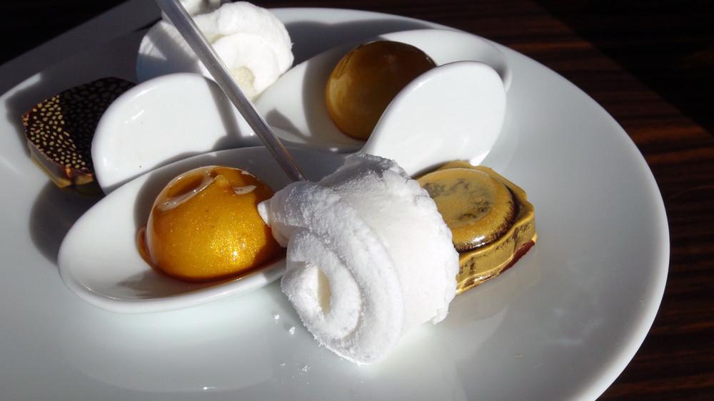 Mignardises : Guimauve à la citronnelle - Chocolat maison avec ganache à la fève de Tonka - Bille de crème brûlée