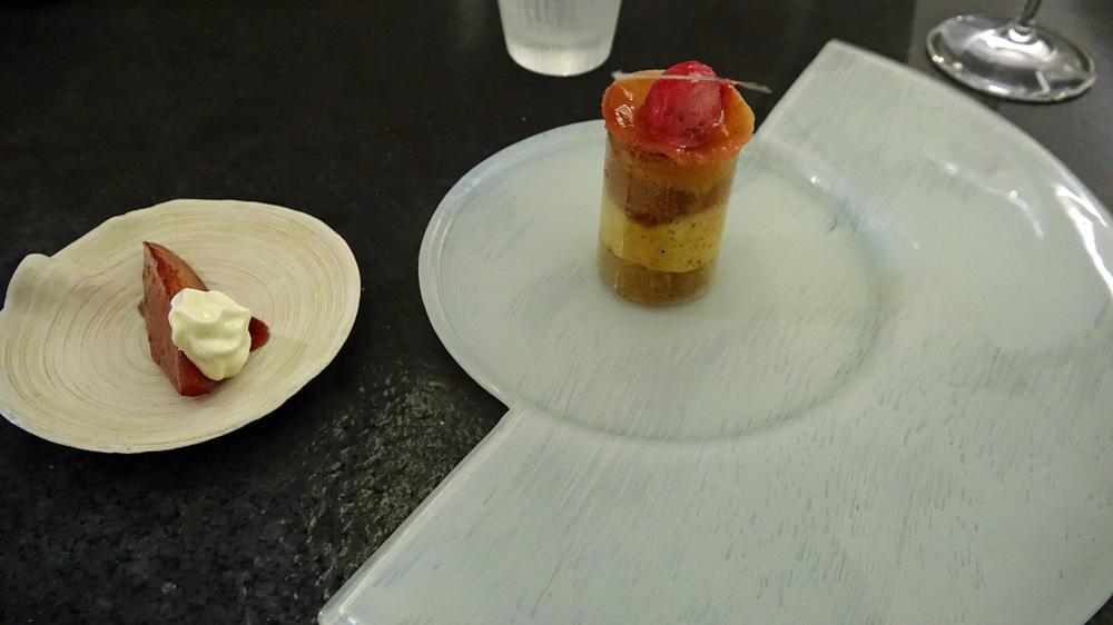 Tube de sucre aux épices douces, crémeux à la vanille, coing de 12 heures confit aux fleurs d'hibiscus