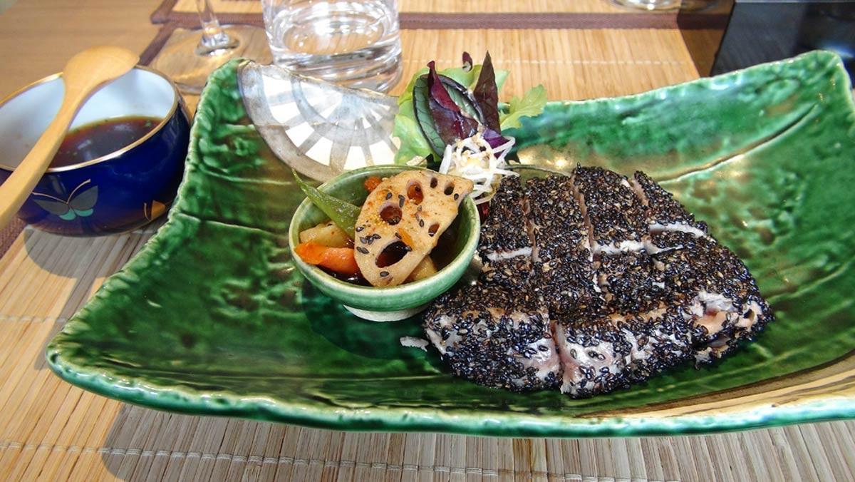 Maguro steaki (steak de thon au sésame noir, sauce wasabi)