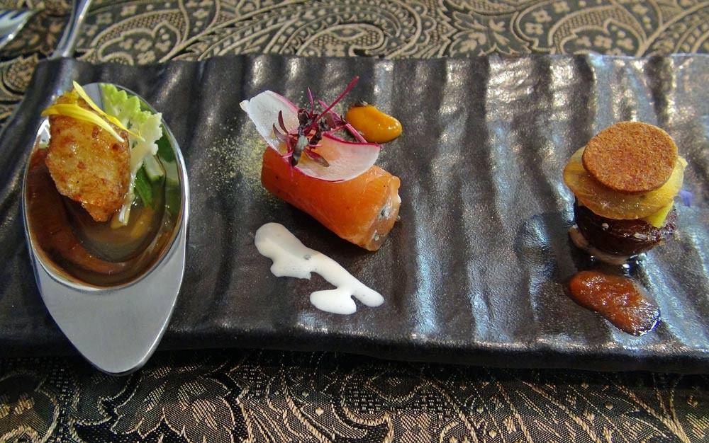 Amuse-bouche : Crevette - Saumon mariné & raifort - Confit de foie gras, cannelé et émincé de kaki