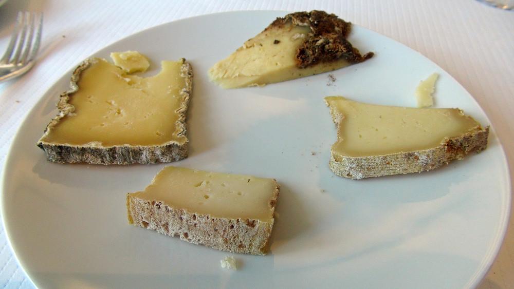 Les fromages choisis : Tomme de Brenac, Tomme des Raspes, Laguiole de 8 mois et Tome du Vézou,