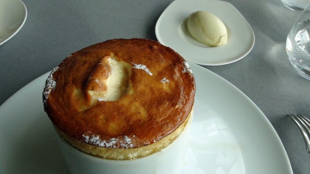 Soufflé flambé au Grand-Marnier, crème glacée à la vanille